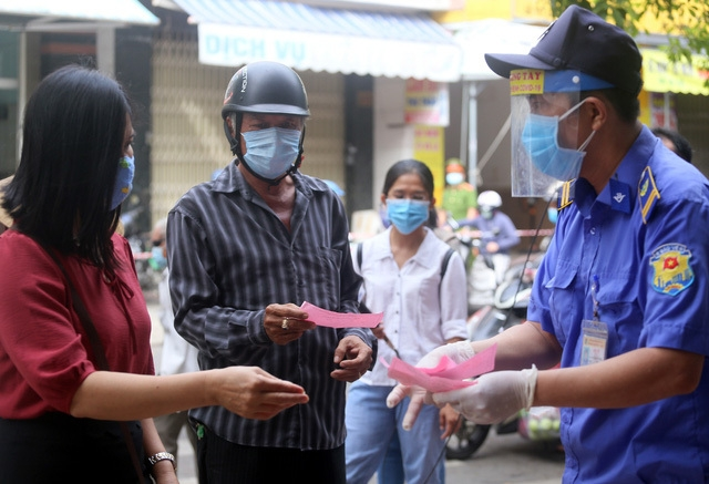 Da Nang reapplies market entrance tickets amid resurgence of Covid community cases