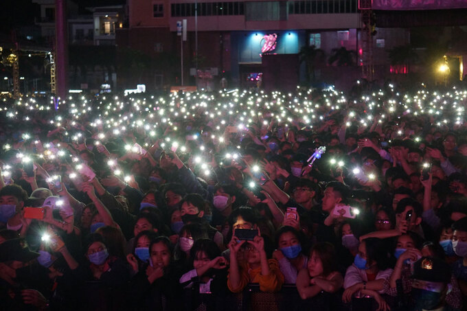 In photos and video: Thousands of Vietnamese swarming to streets for New Year 2021 welcoming