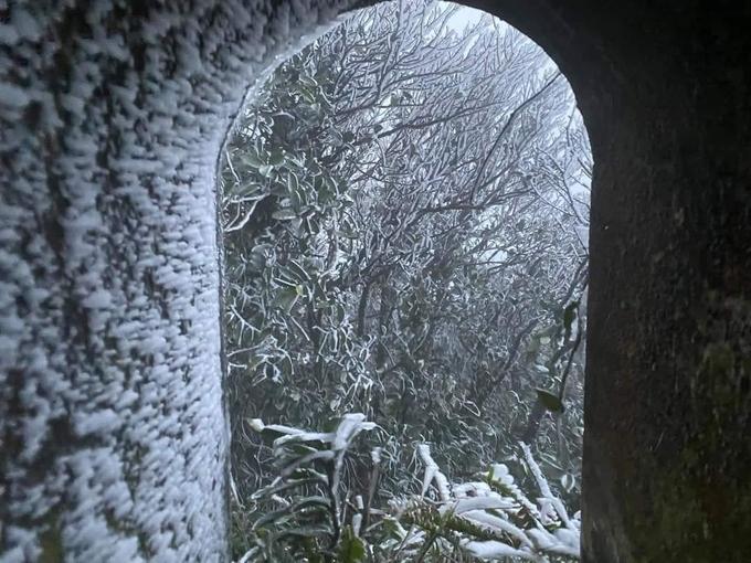 Mau Son Peak frozen in frost as temperature plunge minus 2 Degrees