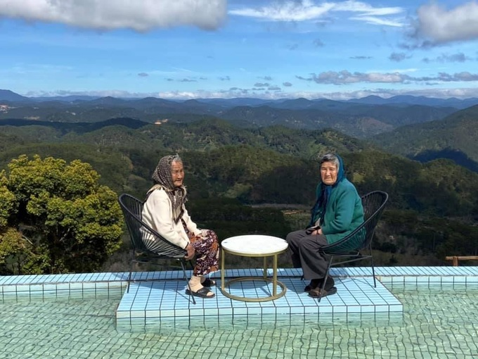 Unique check-in photos of two 90-year-old women stun netizens