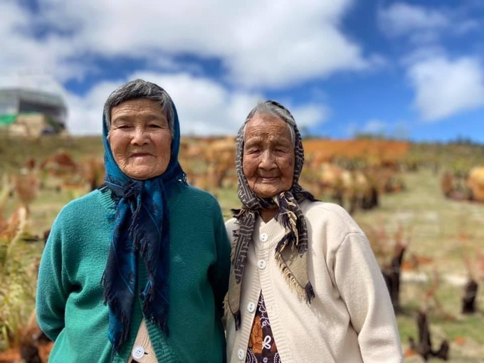 unique check in photos of two 90 year old women stun netizens