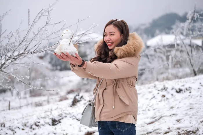 video tourists excited at snowy europe like scene in vietnam northern mountains