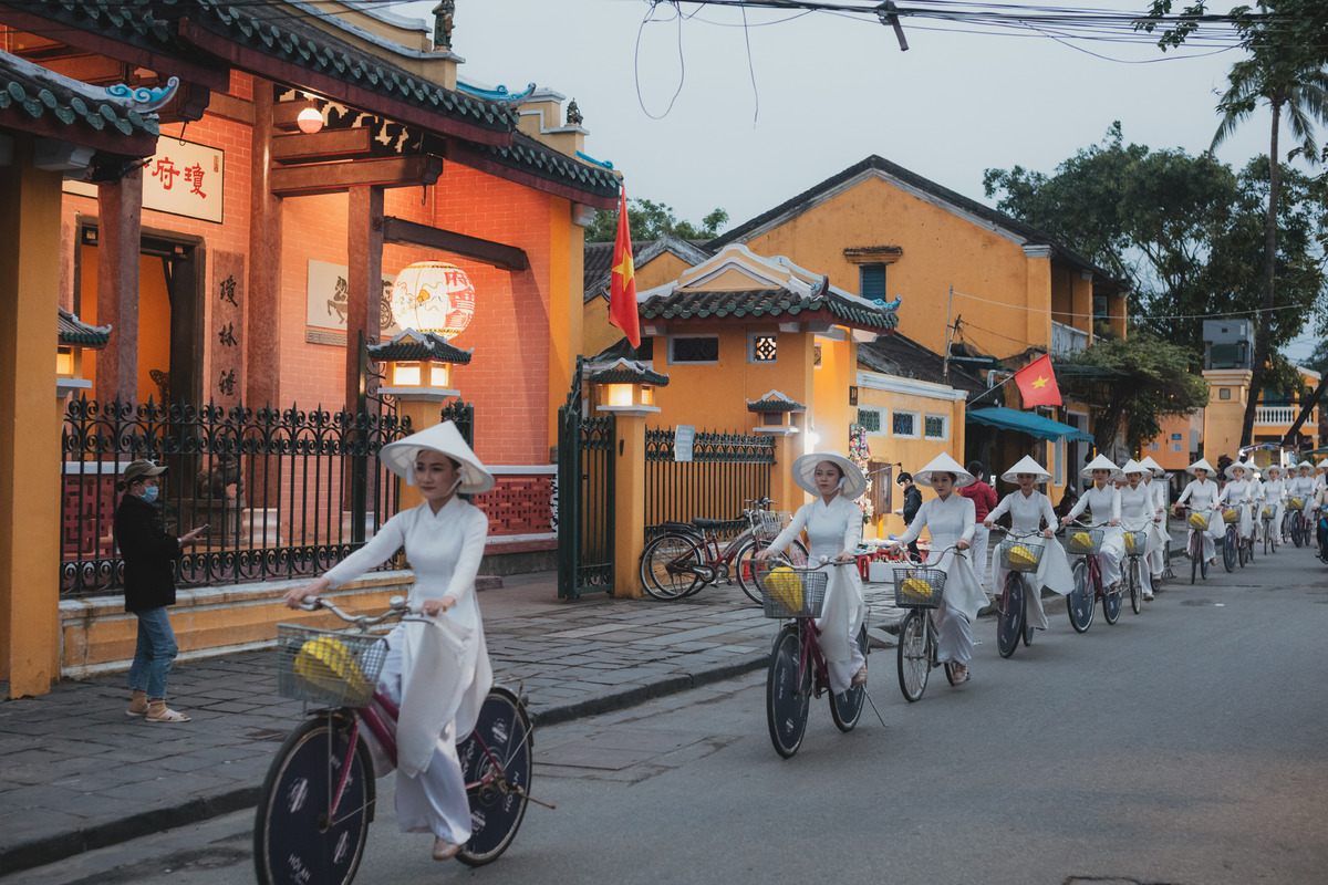 ao dai show excites crowds at hoi an ancient town
