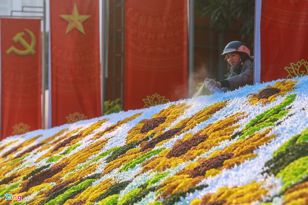 Hanoi streets radiantly adorned to welcome 13th National Party Congress