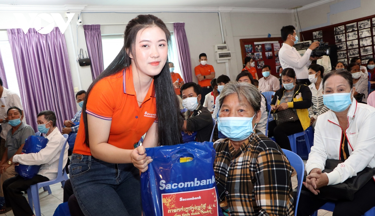 presenting tet gifts to vietnamese expats with difficult circumstances in cambodia