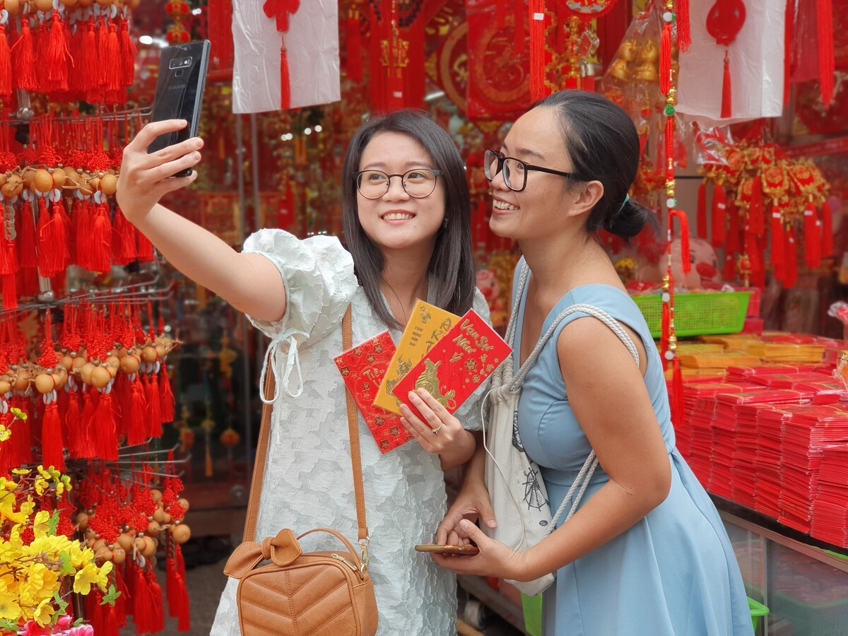 Youngsters flock to check-in on Tet holiday street in HCMC