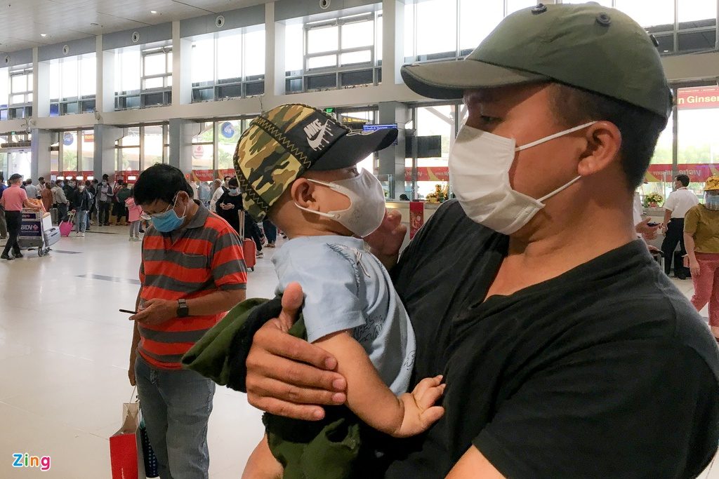 Photo: Passengers leave Tan Son Nhat Airport for Tet holiday early over Covid-19 concern
