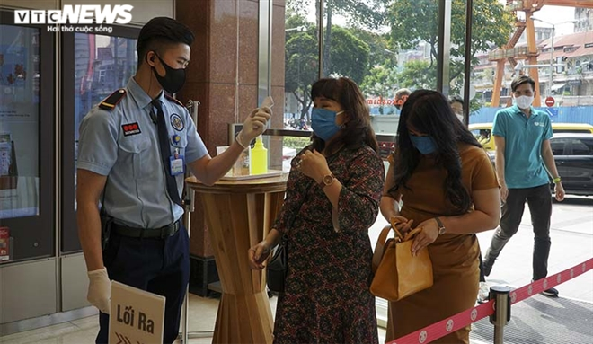 Photos: HCMC people abide by wearing face masks in public spaces