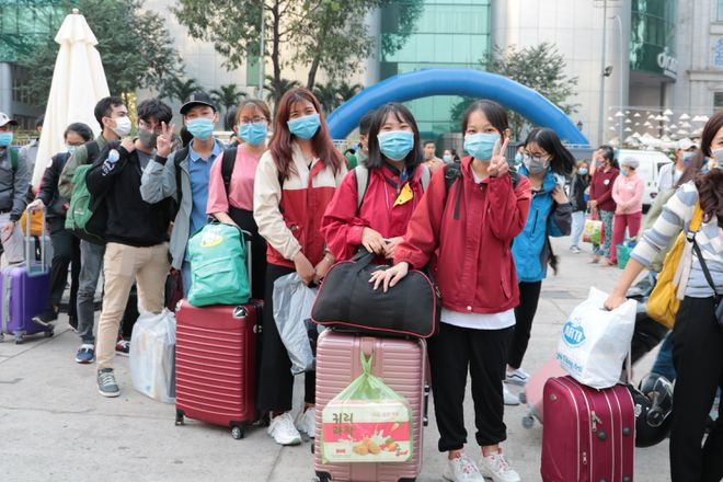 thousands of disadvantaged students and workers given free air tickets to come home for tet