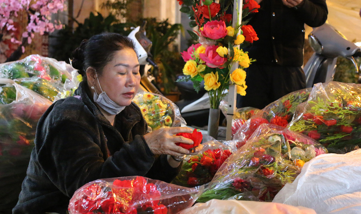 Tet flower markets in Hanoi Old Quarter deserted due to Covid-19, in photos
