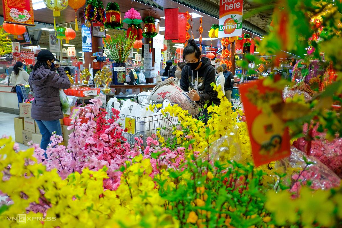 Bustling atmosphere of Vietnamese Tet market in the U.S
