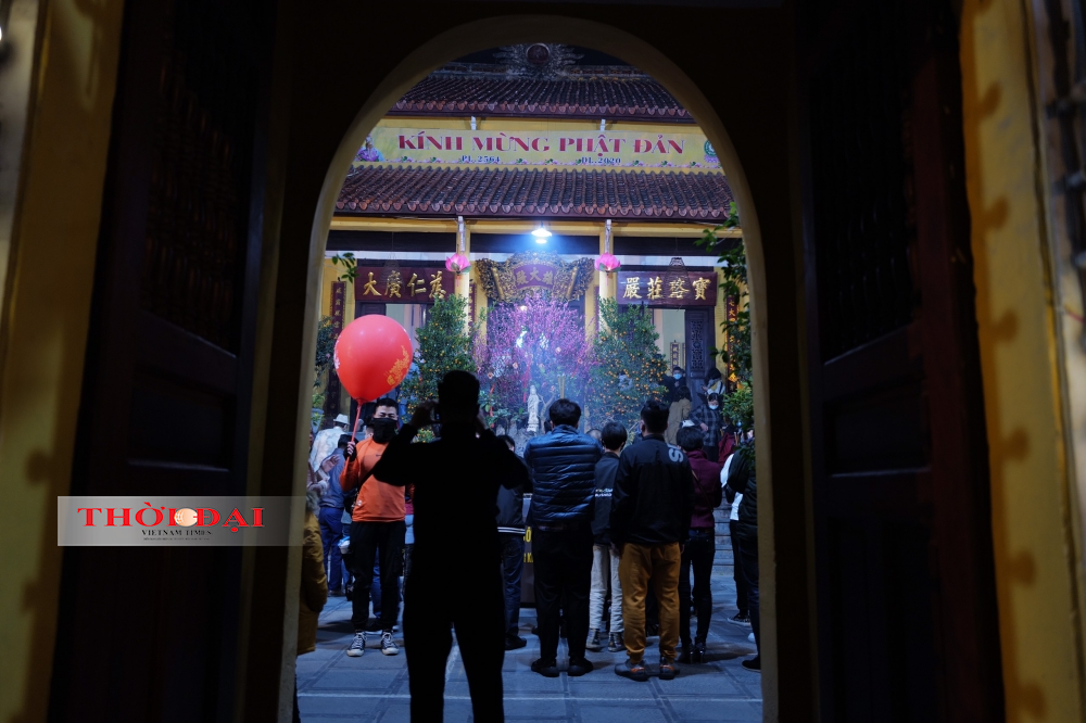 People follow Covid-19 safety protocol while visiting Quan Su pagoda