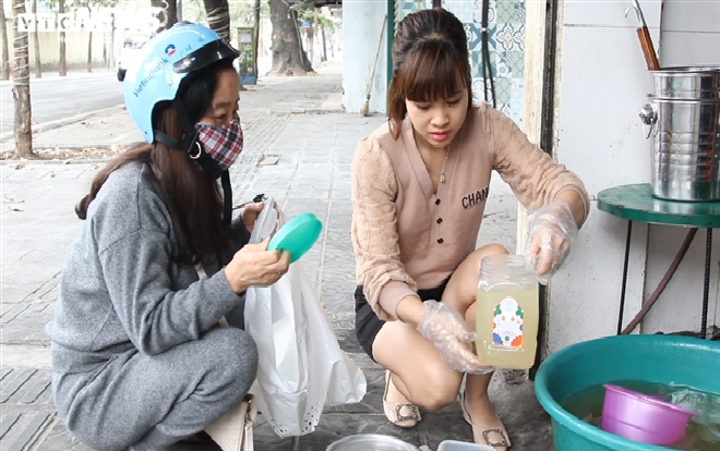 hanoi pho stall sells broth to people as street eateries required to close due to covid 19 concerns