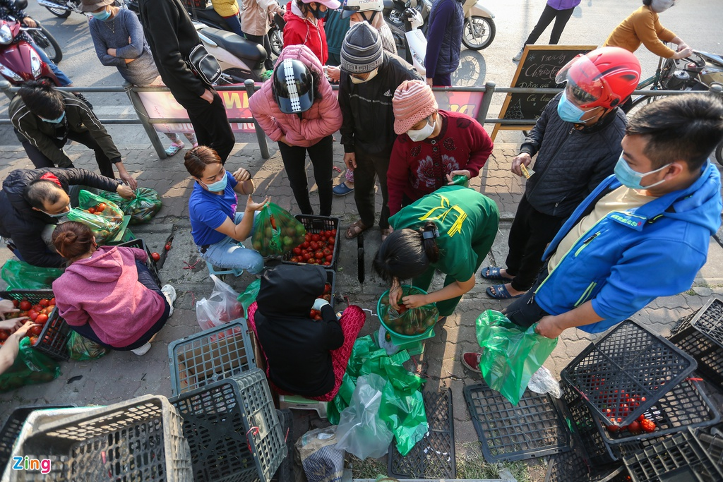 """Hanoians """"rescues"""" agricultural products for pandemic-hit Hai Duong farmers"""