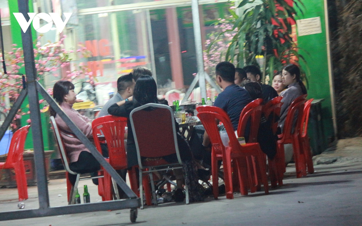 Some street eateries in Hanoi ignore COVID-19 guidelines