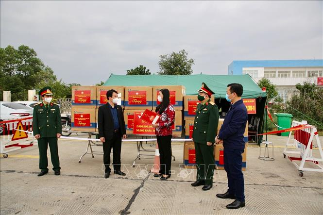 hanoi presents financial aid and face masks to pandemic hit hai duong province