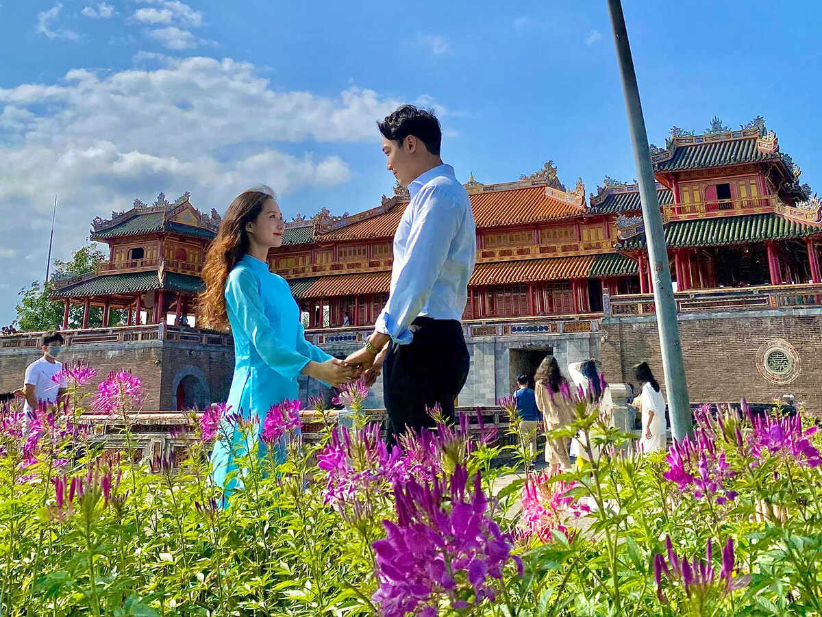 Romantic photos of Vietnamese- South Korean couple in Vietnam's tourist attractions