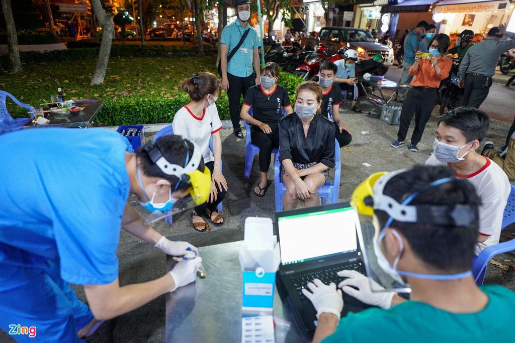 Photos: HCMC randomly tests Covid-19 at restaurants