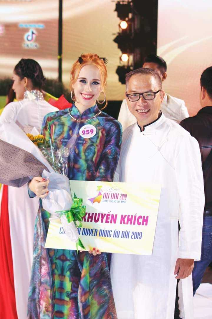foreign woman loves ao dai brings vietnamese silk products to the world