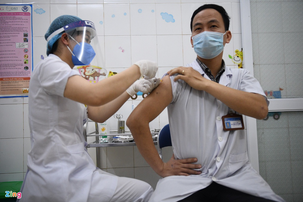 Photos: First shots of Covid-19 vaccine given to frontline medical workers today