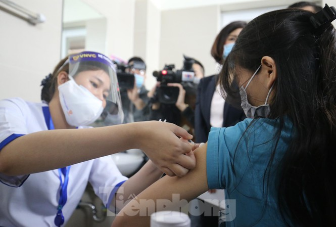 medical workers at hanois thanh nhan hospital receive covid 19 vaccine