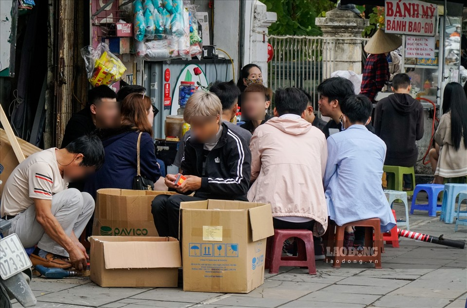 Outdoor eateries, sidewalk iced tea stalls in Hanoi ignore Covid 19 prevention regulations