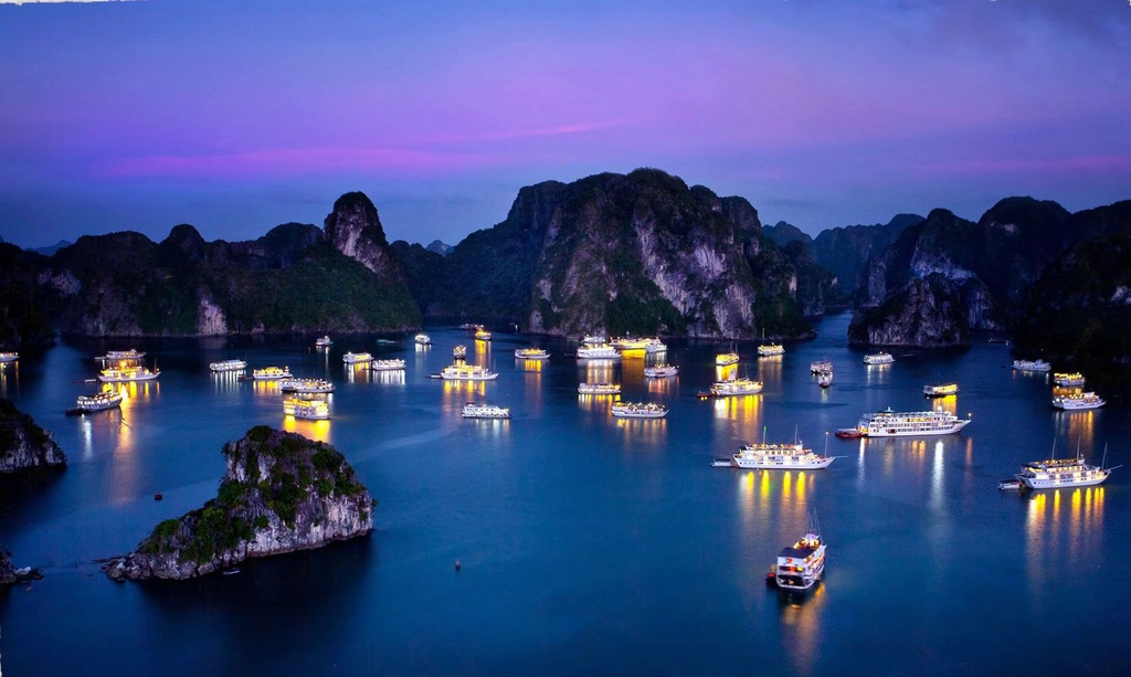 """""""Must-try"""" travel experiences on Ha Long Bay"""