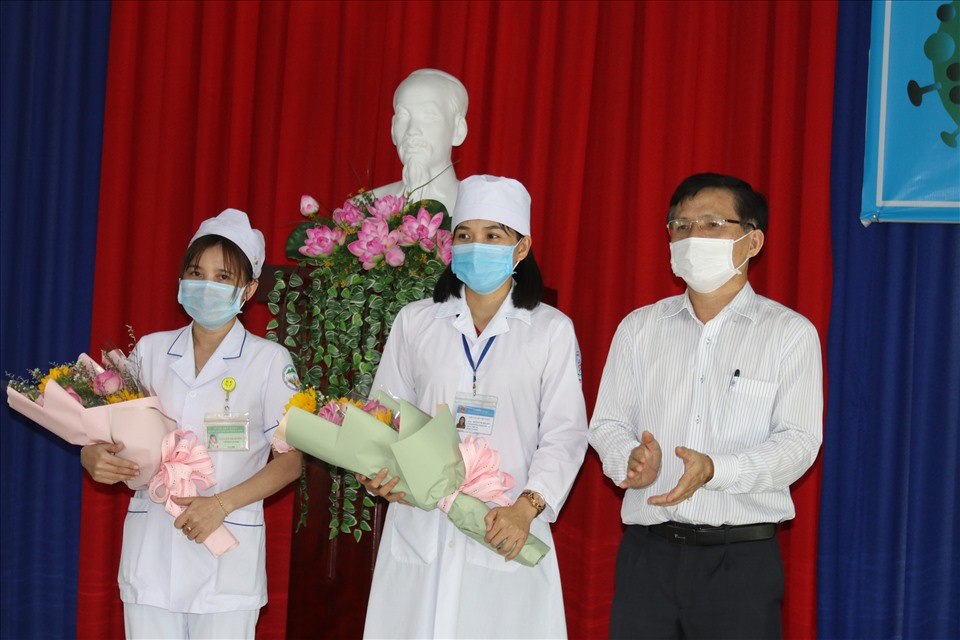 first 100 medical workers in khanh hoa receive covid 19 vaccine
