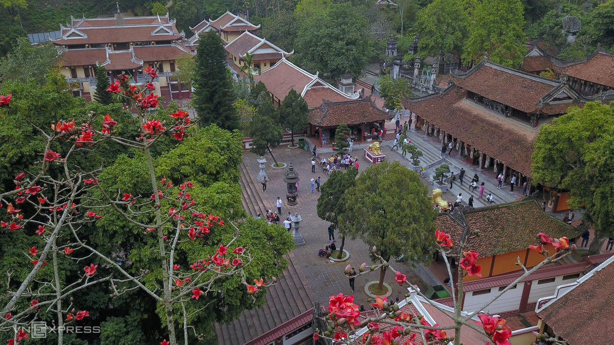 Hanoi dyed in red of silk cotton flowers