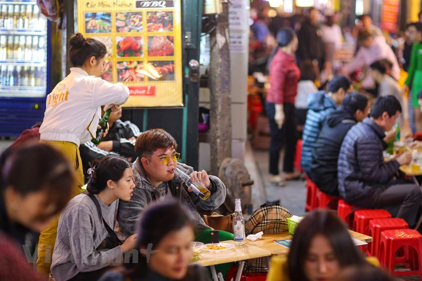 In photos: Karaoke parlors, discotheques in Hanoi bustling again