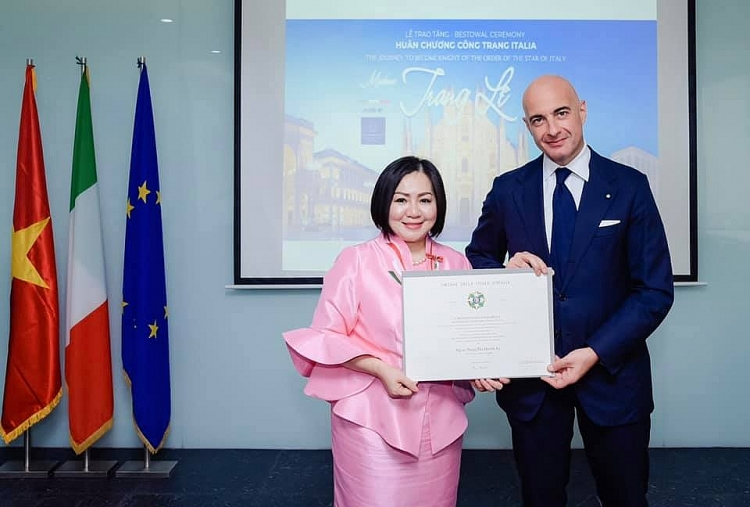 "Vietnamese model industry's ""powerful woman"" receives Italy's Order of Merit"
