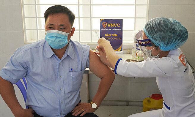Over 55,000 Vietnamese receiving AstraZeneca vaccine, low rate of post-injection reaction shown