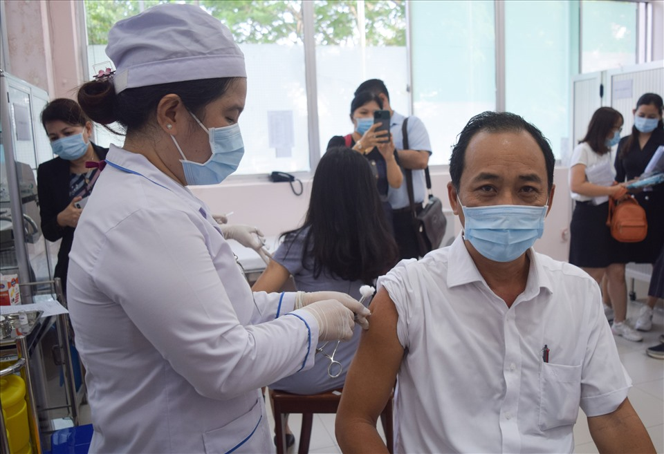 First 50 people in Can Tho receive AstraZeneca Covid-19 vaccine