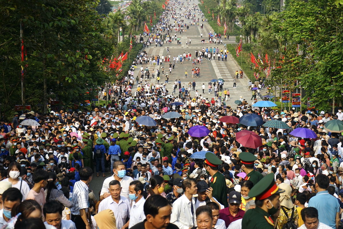 In Photos: Thousands of Vietnamese thronged to Hung Kings Temple from early morning