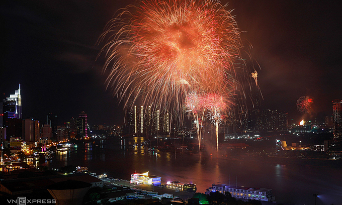 Vietnam's provinces, cities set off fireworks on National Reunification Day