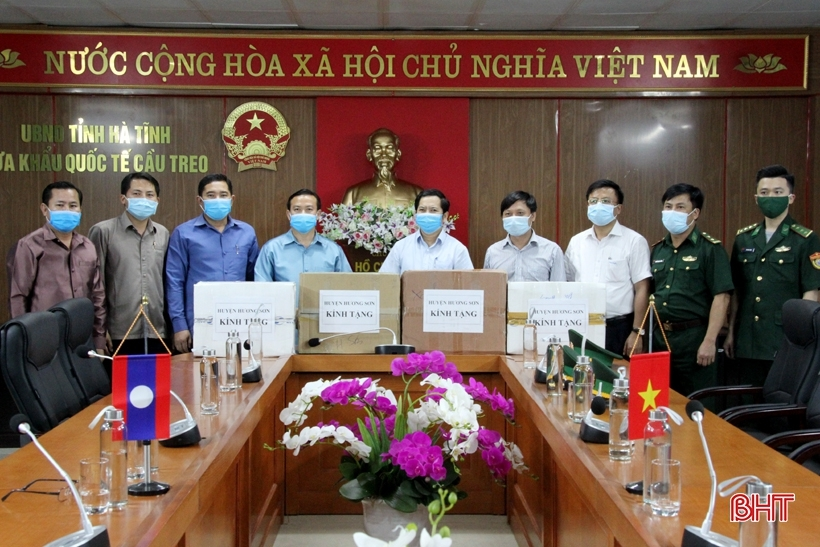 Vietnam's localities present Covid-19 medical supplies to Laos