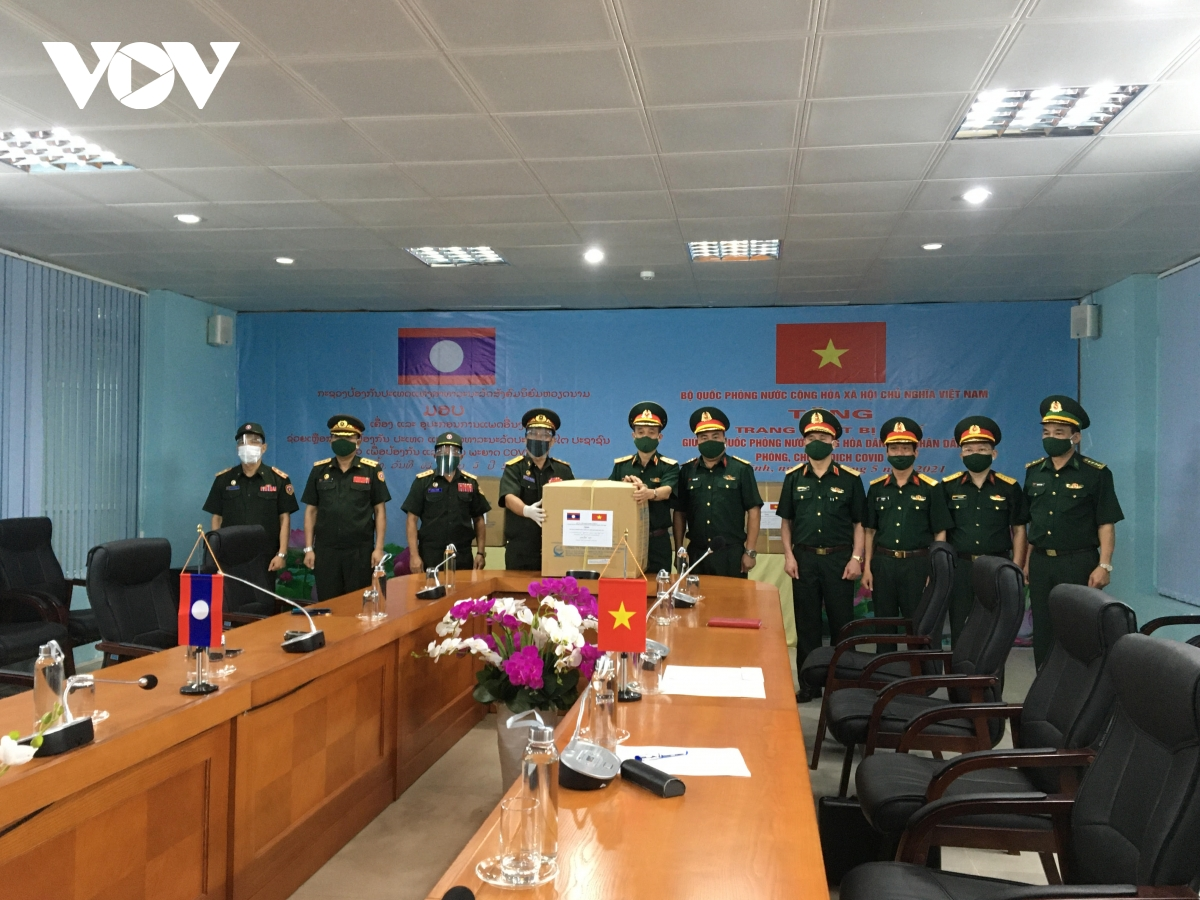 Vietnam gifts medical equipment to help Laos in Covid-19 fight