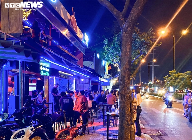 Bars, karaoke parlors in HCMC City ignore regulations on Covid-19 prevention and control