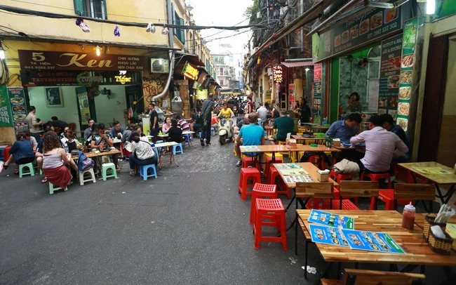 Hanoi closes sidewalk eateries, cafes amid Covid-19 threat