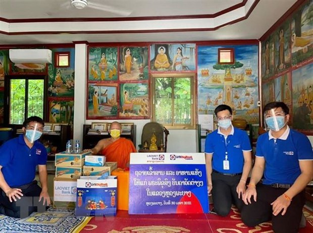 Vietnamese in Laos join hands with local authorities to battle Covid-19