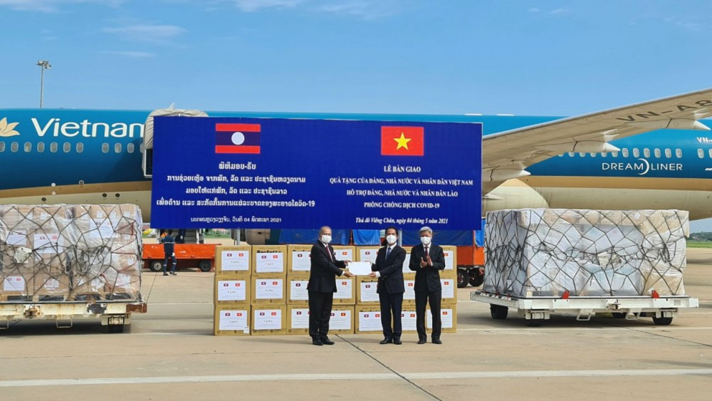 Vietnam supports Laos $500.000, medical equipment in Covid-19 fight
