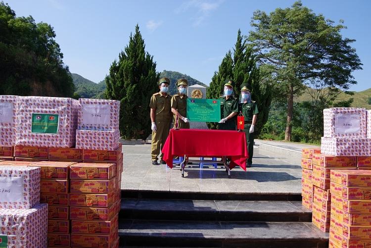 Dien Bien Province presents medical supplies to Laos border guard forces