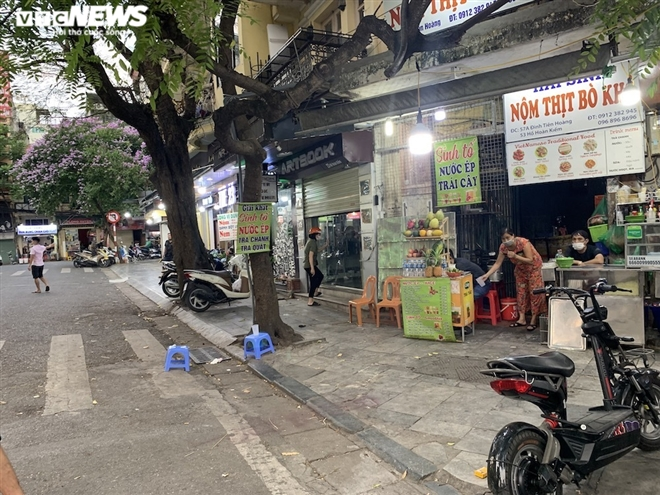 Both deserted and crowded scenes at Hanoi eateries, cafes during Covid-19 time