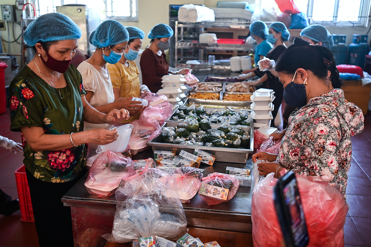 Buddhists provide free meals to quarantined patients at Hanoi cancer hospital