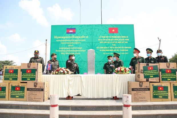 Vietnam's border guard force gifts medical supplies to Cambodia