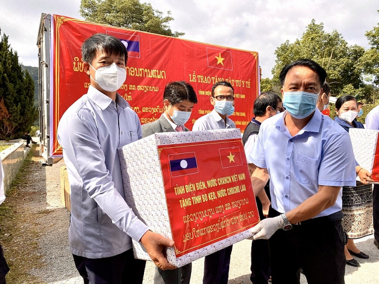 Dien Bien Province gifts medical supplies to six Lao northern provinces