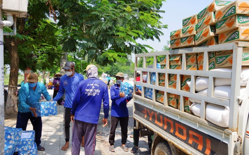 Dong Thap Province presents necessities to Vietnamese in Tonlé Sap (Cambodia) in Covid-19 fight