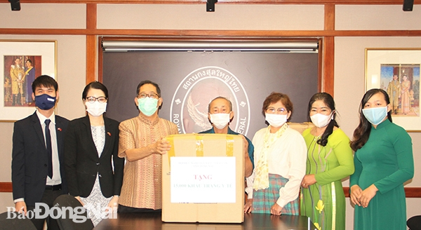 Vietnam-Thailand Friendship Association in Dong Nai gifts 15,000 medical masks to Thai people