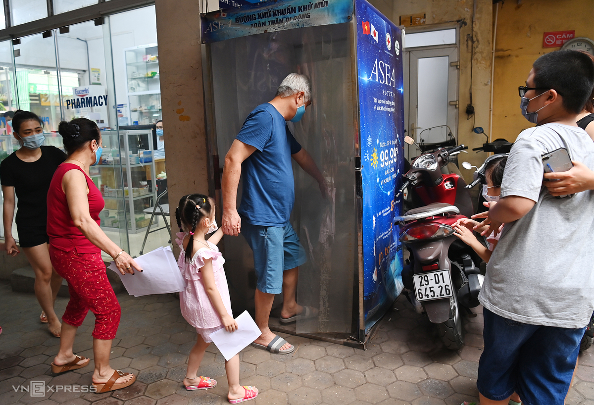 In Photos: Hanoi conducts Covid-19 testing for people returning from Da Nang