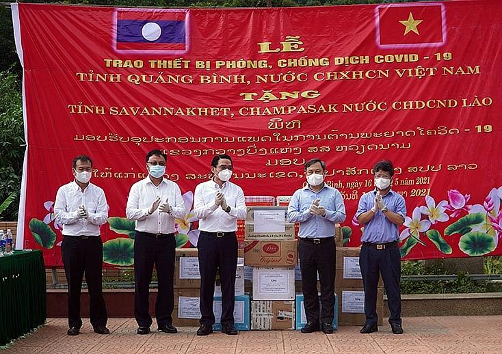 Quang Binh presents medical equipment to Laos provinces